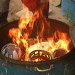 inserimento degli oggetti da ridurre, in appositi contenitori metallici